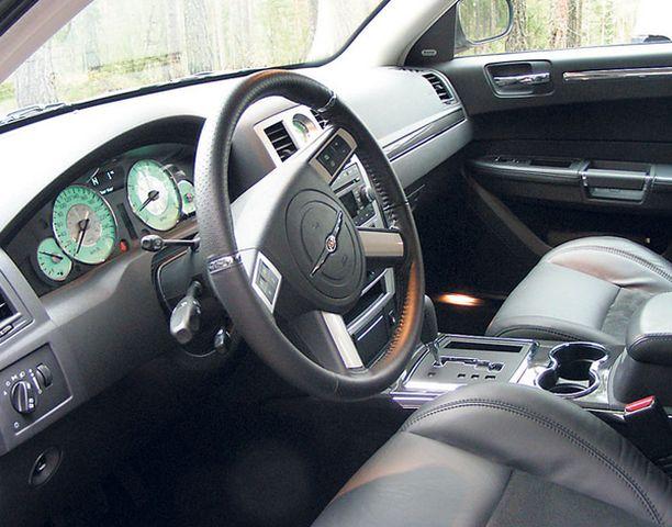 SOMISTEET Kojetaulussa ja ovissa on nahkaisia sekä hiilikuituisia somisteita. Myös ratti on SRT-mallia.