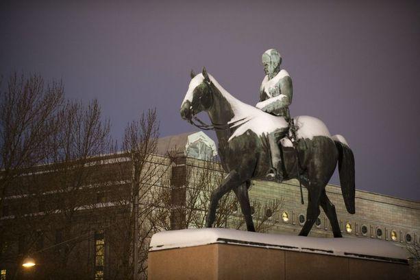 Vuonna 1960 paljastettua Mannerheimin ratsastajapatsasta varten vuonna 1952 aloitetun varainkeräyksen nettotuotto oli peräti 80 miljoonaa markkaa, eli nykyrahassa noin 2 miljoonaa euroa.