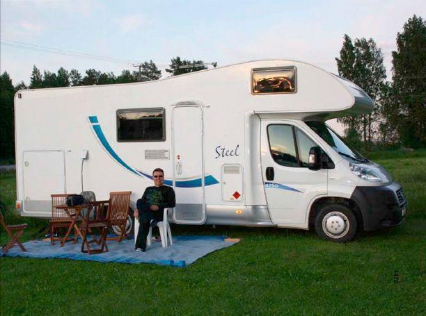 """Esitutkintamateriaaleihin on päätynyt kuva Jari Aarnion kesälomamatkalta Kuopiosta juhannuksena 2011, sillä hänen epäillään tuolla matkalla tavanneen toista vyyhdissä syytettyä. Myös """"Pasilan miehen"""" kännykät paikantuivat alueella oleviin tukimastoihin Aarnion matkan aikana. Kuva takavarikoitiin Aarnion vaimon koneelta."""