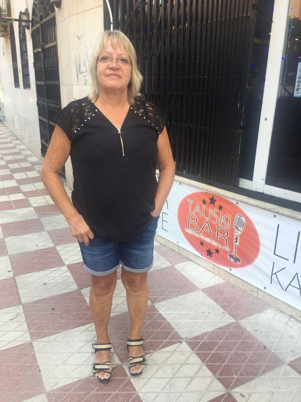 Tauski Barin vetonaula Espanjan Aurinkorannikon Fuengirolassa on karaoke. Välillä baarin nykyinen emäntä Marge Toivonen laulaa Suomi-iskelmää ja Tauskin hittejä itsekin.