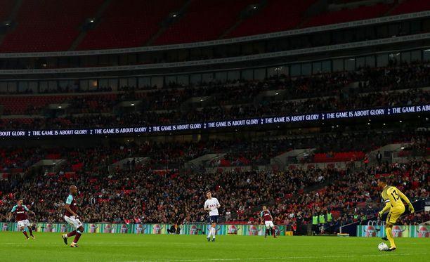 West Ham yllätti Tottenhamin liigacupin neljännesvälierässä ja eteni puolivälierään Arsenalia vastaan.