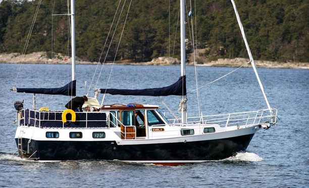 Vanhempien tarkoitus oli purjehtia aina Etelä-Eurooppaan asti. Kovan merenkäynnin vuoksi he eivät päässee edes Ruotsiin. Kuvituskuva.