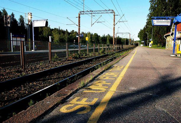 Uhria hakattiin Kauniaisten asemalaiturilla sekä myös junaraiteilla. Arkistokuva.