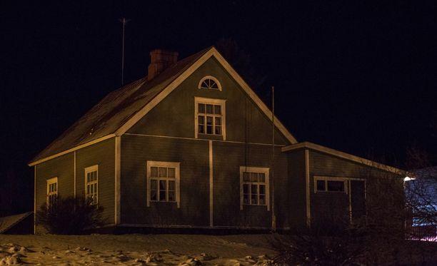 Lähistöllä asuvan henkilön mukaan talossa asui vanhempi pariskunta, jolla on poika.