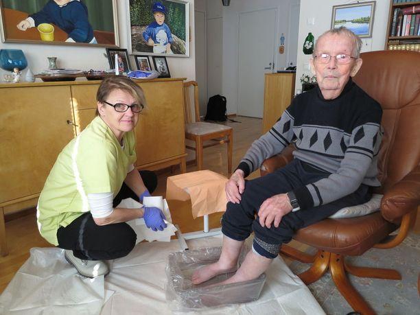 Sotaveteraani Matti Puustinen, 92, joutui rintamalle 18-vuotiaana. Hän oli menettää heti alussa henkensä. Tänä päivänä leskimies saa kotiinsa siivousapua ja jalkahoitoa. Jalkahoitajana Merja Salminen.