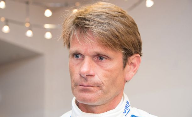 Marcus Grönholmia kehutaan Volkswagenilla.