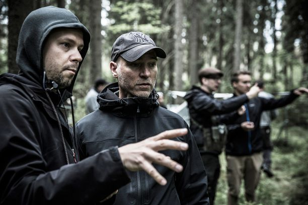 Aku Louhimiehen (oik.) ohjaama Tuntematon sotilas tulee elokuvateattereihin runsaan vuoden päästä lokakuussa, jolloin Suomi juhlii satavuotista itsenäisyyttään. Kuvassa vasemmalla kuvaaja Mika Orasmaa.