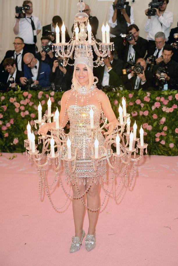 Tämäm vuoden Met.-gaalaan Katy Perry pukeutui valaisevaan asuun: se oli kuin kaunein kattokruunu.