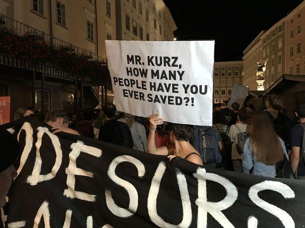 Sadat ihmiset osoittivat mieltään Salzburgissa tuhansien Välimereen hukkuneiden puolesta.