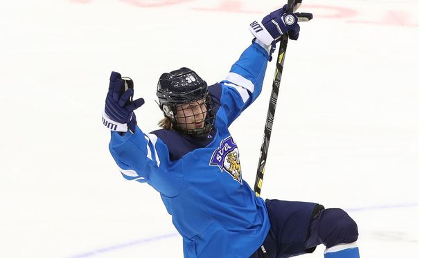 Anttoni Honka juhli Pikkuleijonien paidassa alle 18-vuotiaiden jääkiekon MM-kultaa.