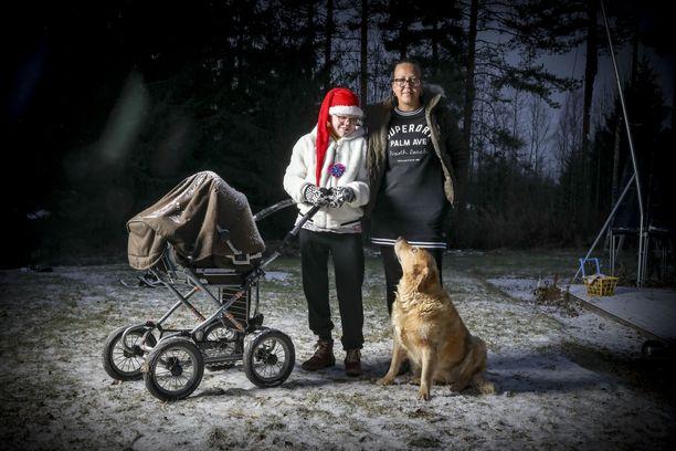 Ähtärissä asuvan Alexandra (Axu) Kiviahon ja Nelli-koiran välillä on vahva yhteys.  Äiti Erja Gadd kertoo perheen valmistautuvan jouluun kiitollisina siitä, että Axu on edelleen mukana.