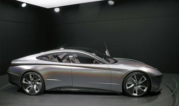 Hopeinen väri korosti näyttelyauton voimakkaita muotoja.