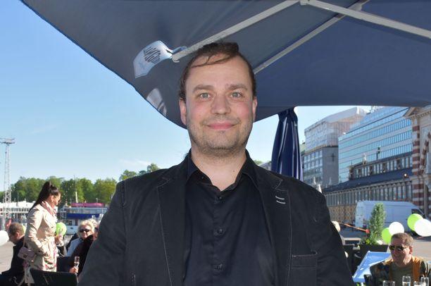Radio Rockin Harri Moisio aloitteli helatorstain viettoa jo keskiviikon puolella Kauppatorin laiturin kesäterassin VIP-avajaisista. Kesällä miestä kuullaan myös radio Suomipopin taajuuksilla.