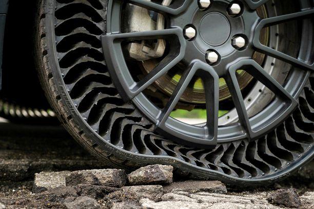 Joustaa mutta ei puhkea. On valmistajan mukaan mukava ajaa, mutta miten rengas pärjäisi jäätyneen loskan keskellä Suomessa, jos tätä tekniikkaa haluttaisiin käyttää talvella?