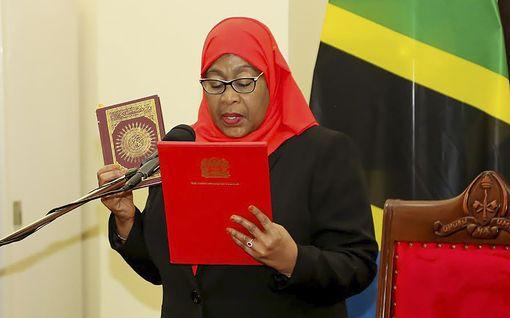 """Tansanian tuore naispresidentti aiheutti kohun – arvosteli naisjalkapalloilijoita """"lattarintaisiksi"""""""