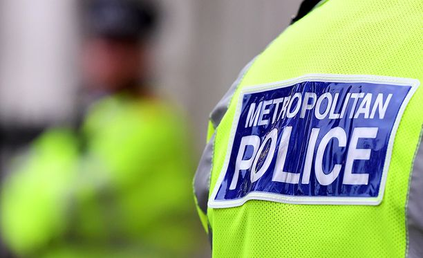 Suur-Lontoon poliisi pitää suomalaista miestä pidätettynä terrorismirikosepäilyn takia.