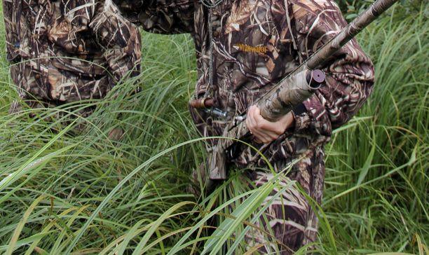 Moni huipputuloinen ammattijohtaja arvioi pienien piirien johtuvan Suomen pienuudesta. Yhteiseen tekemiseen kuuluu muun muassa metsästystä. Kuvituskuva.