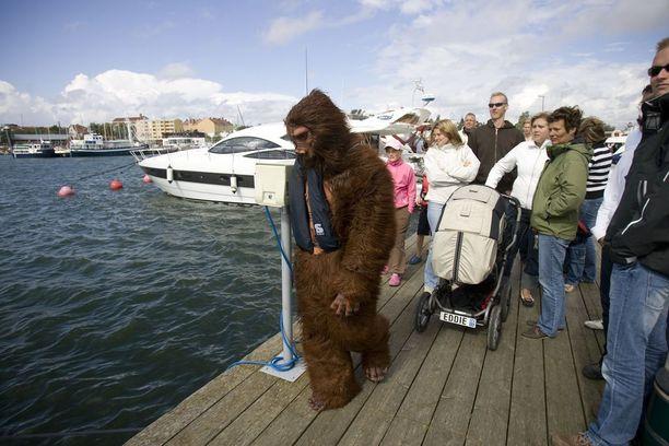 Kimi Räikkönen vältteli huomiota naamioituen gorillaksi. Toisin kävi, sillä mies päätyi lukuisin suomalaisten kameroihin.