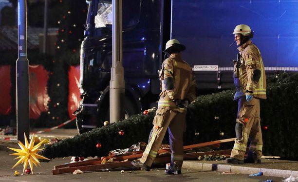 """Joulutorille iskenyt terrori-isku surmasi 12 ihmistä. Silminnäkijöiden mukaan tilanne tapahtumapaikalla """"juuri niin kaoottinen kuin voi kuvitella""""."""