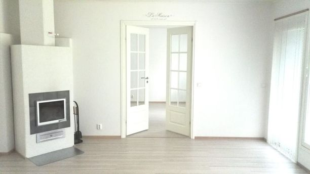 Leena Hämäläisen valkoisessa karsitussa kodissa siivous on helppoa. Sisustussuunnittelija Milla Ek:n mukaan karsinnan tavat on syytä ottaa myös huomioon.