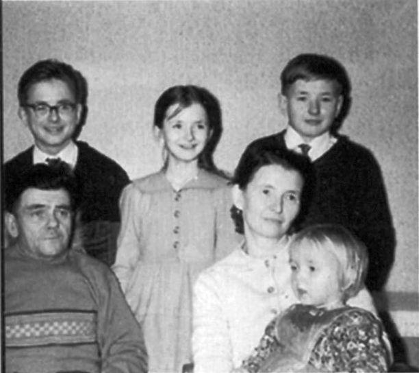 Somerjoen perhe joulukuvassa. Takana vasemmalta Kari, Mailis ja Rauli. Edessä vanhemmat Gunnar ja Elina sylissään Raija.