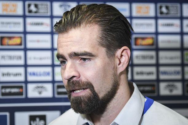 Nuorten Leijonien päävalmentaja Jussi Ahokas haluaa kirkastaa Suomen maajoukkueiden kuvaa kapeissa kaukaloissa.