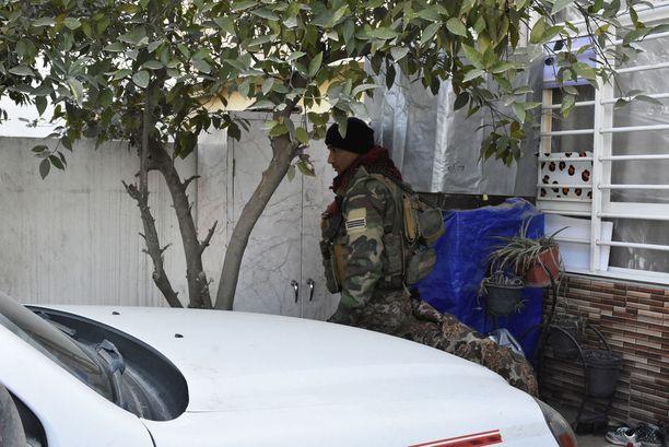 Irakin armeijan sotilas tarkastaa yksityiskodin piha-aluetta, koska perhettä epäiltiin yhteksistä terroristijärjestö Isisiin.