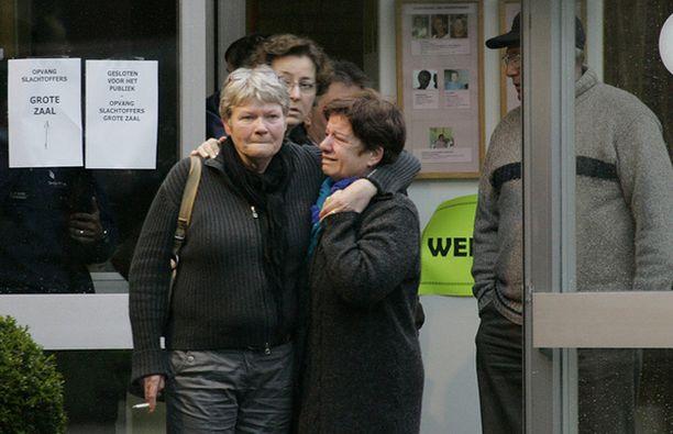 Vanhemmat lohduttavat toisiaan järkyttävän tragedian jälkeen.