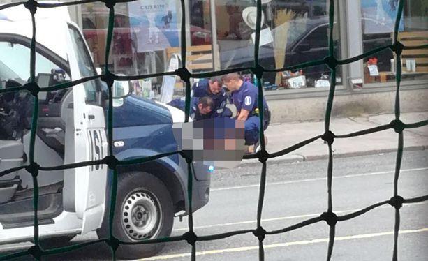 Poliisi nappasi epäillyn tekijän kiinni 16.05 - kolme minuuttia puukotuksen jälkeen.