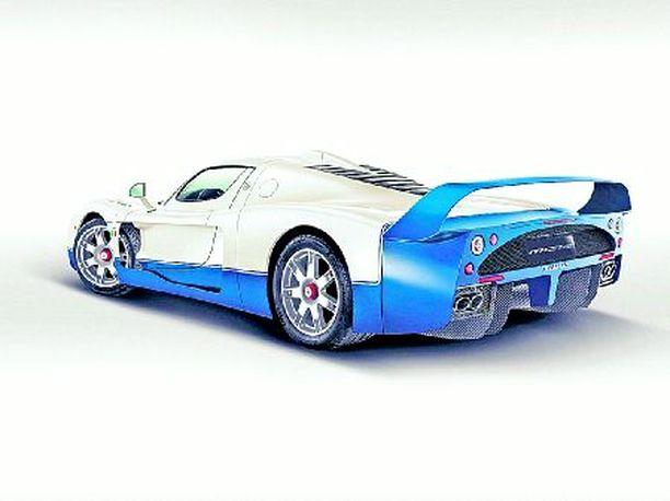 SININEN Valitettavasti tätä Maseratia saa vain sinisenä. 755 hevosvoimaa kun ns. maantieversiossa on vain 630 hevosta.
