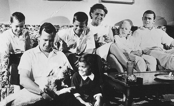 Georgella ja Barbaralla oli kuusi lasta, joista yksi kuoli nuorena. Perhekuvassa oikeassa reunassa George nuorempi.