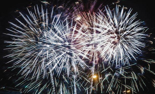 Ilotulitusnäytöksiä järjestetään vuoden vaihtuessa kaikkialla Suomessa.