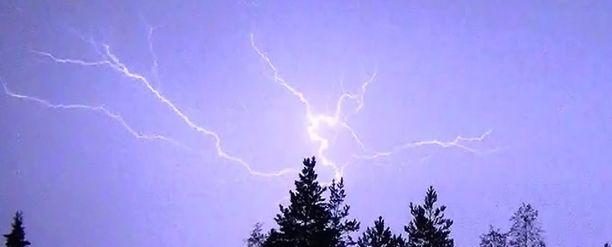 Kuvan salama havaittiin Iissä viime heinäkuussa.