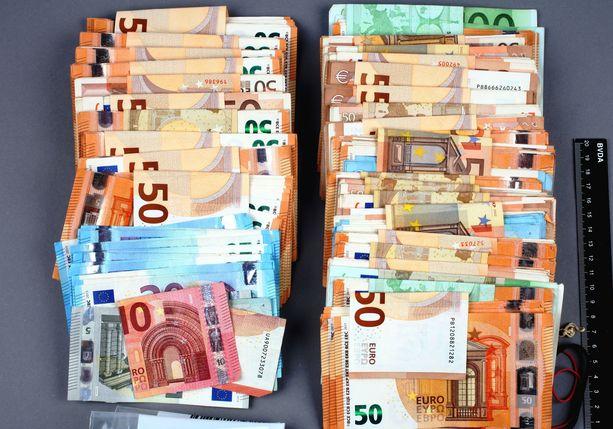 Poliisi takavarikoi samaan vyyhtiin liittyen myös 100 000 euroa käteistä.