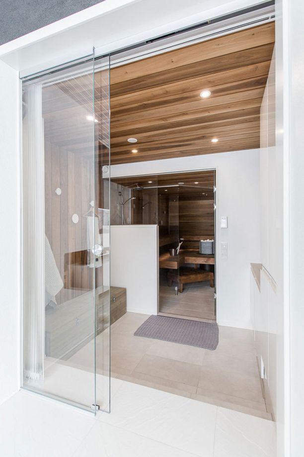 JÄLKEEN Näkymä takkahuoneesta pukuhuoneen ja suihkutilan läpi saunaan.