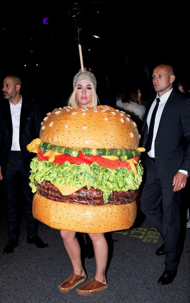 Katy Perry Met-gaalan jatkoilla Moschinon hampurilaisasussa. Pukisitko itse?