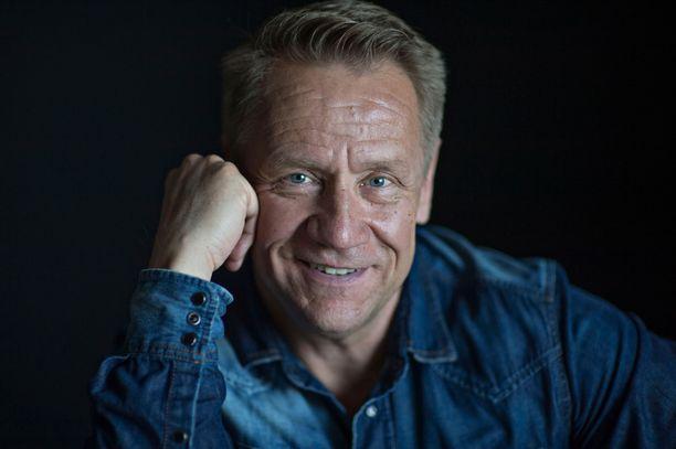 Olli Lindholm kuoli 54-vuotiaana maanantain ja tiistain välisenä yönä. Hänet tunnettiin pitkästä urastaan Yö-yhtyeen keulakuvana.