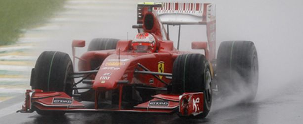 Kimi Räikkönen selvityi viidenneksi rankkasateiden piinaamassa aika-ajossa.