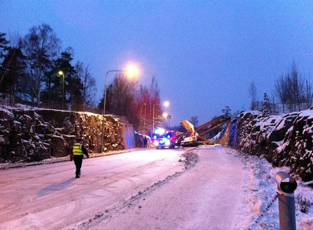 Silminnäkijän mukaan kuorma-auton nosturi oli vienyt sillan mukanaan.