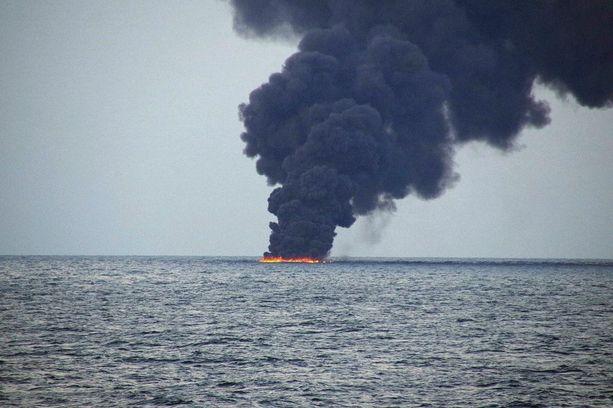 Maanantaina julkaistussa kuvassa tankkerin uppoamispaikalla oli palava öljyläikkä.