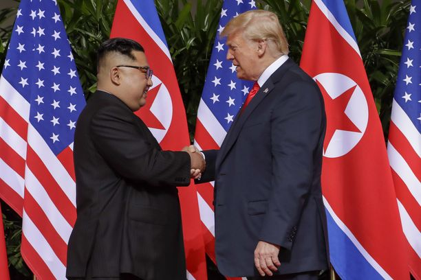 Kim Jong-un ja Donald Trump kättelivät toisiaan huippukokouksen aluksi.