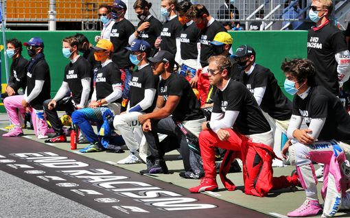 Näin F1-kuskit ottivat kantaa rasismiin: Kimi Räikkönen jäi seisomaan, suurin osa polvistui