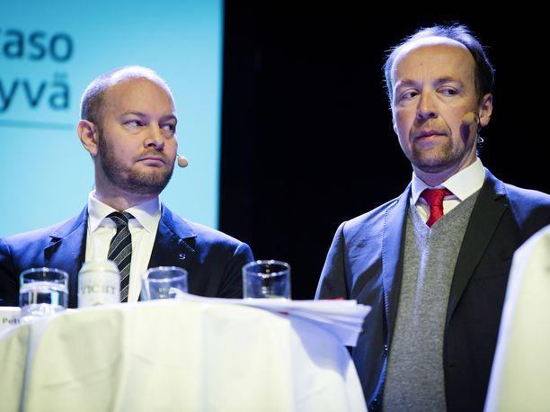 Entiset puoluetoverit Sampo Terho ja Jussi Halla-aho mahtuivat vierekkäin saman pöydän ääreen, mutta heillä ei ollut paljon asiaa toisilleen.