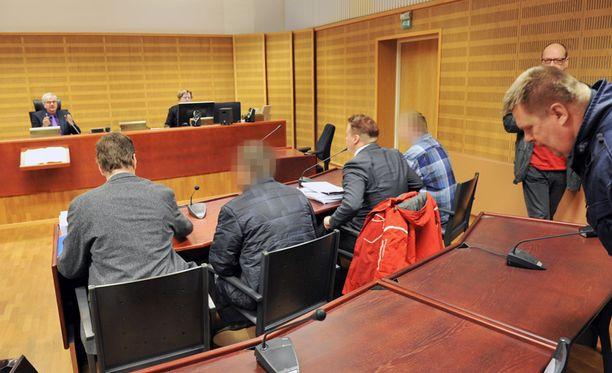 Etelä-Pohjanmaan käräjäoikeus vaati 19-vuotiaan isäpuolelle sekä 20-vuotiaalle ystävälle elinkautista vankeutta murhasta.