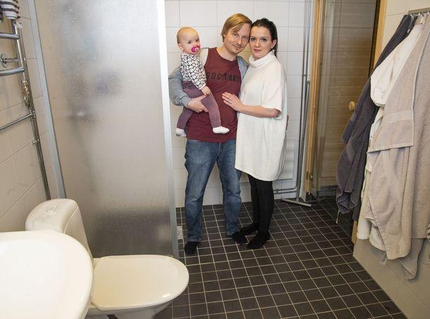 Vantaalainen Pauliina Anttonen synnytti Olivia-tyttärensä kotinsa kylpyhuoneessa. Kätilöksi joutui yllättäen aviomies Tarkko Laurinen.