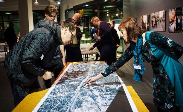Liikenneinsinööri Heljä Aarnikon esitteli Tampereelle kaavaillun raitiotien reittiä yleisötilaisuudessa viime vuonna.