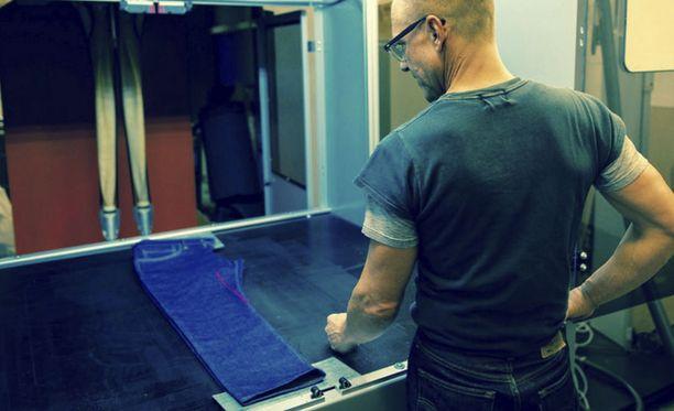 Levis testaa farkkujen pommittamista laserilla.