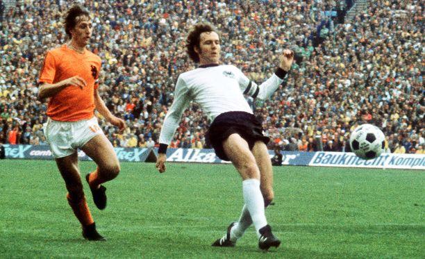 Franz Beckenbauer (oik.) piti Johan Cruyffin loitolla Telstarista vuoden 1974 finaalissa.