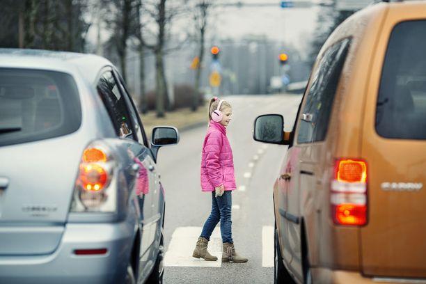 Giljotiini-ilmiö on se, että toinen auto pysähtyy ja toinen ei.