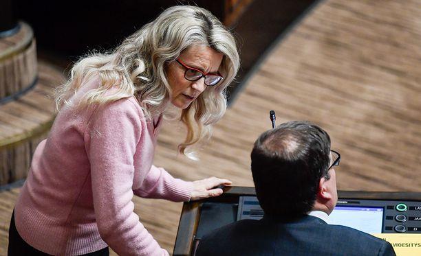 Päivi Räsänen (vas.) vaati ulkopuolista tutkintaa huumepoliisin hämärästä tietolähdetoiminnasta.